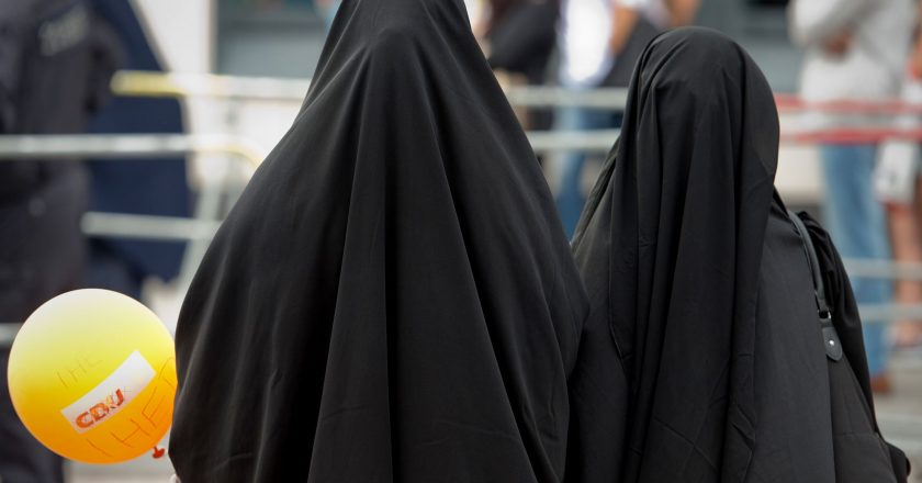 """Switzerland votes to ban """"full facial coverings"""" like burqa and niqab in public – Follows France and other European countries"""